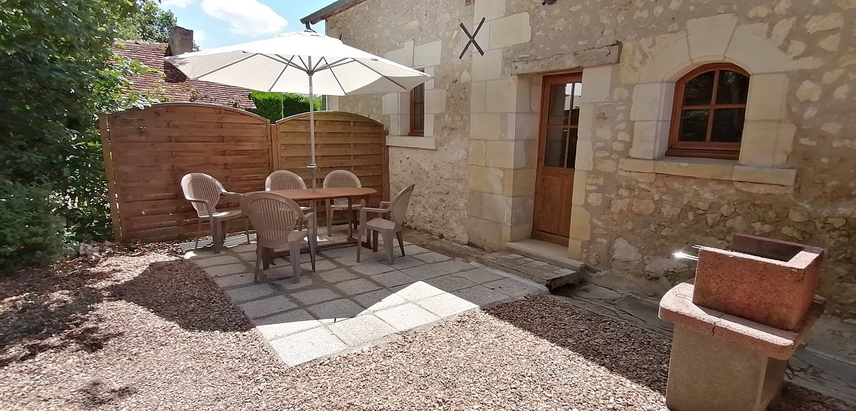 Gite L'Hirondelle: Rear terrace and barbecue.